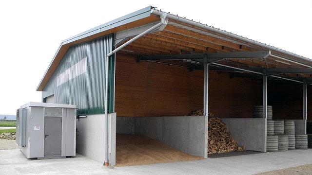 Offene Lagerhalle mit Trocknungsböden für Rundballen, Getreide und Scheitholz