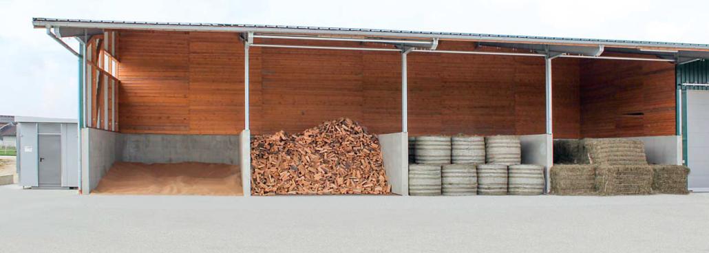 Offene Trocknungshalle mit Getreide, Brennholz, Rundballen und Quaderballen