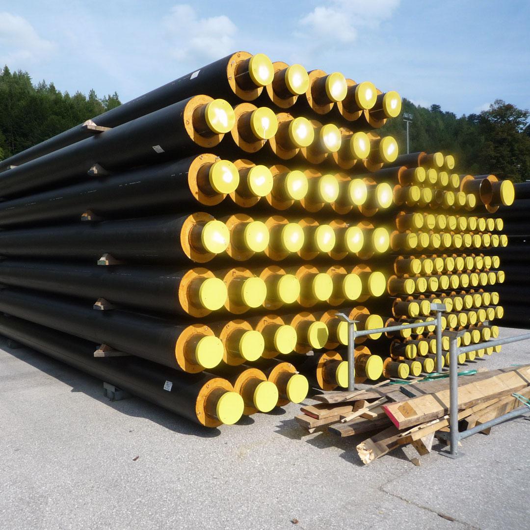 Wärmeisolierte Rohrleitung für Fernwärmenetze auf einem Lagerplatz