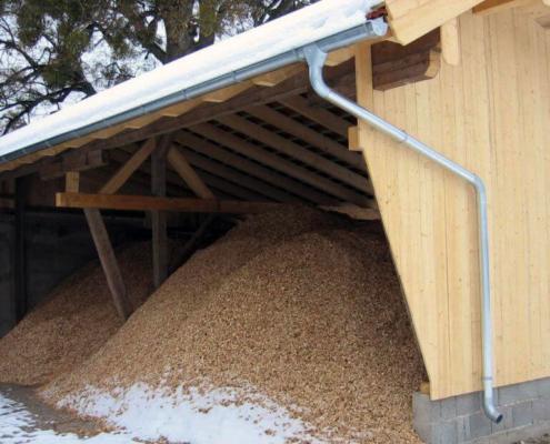 Schirmschoppe als Lager für Holzhackschnitzel im Winter