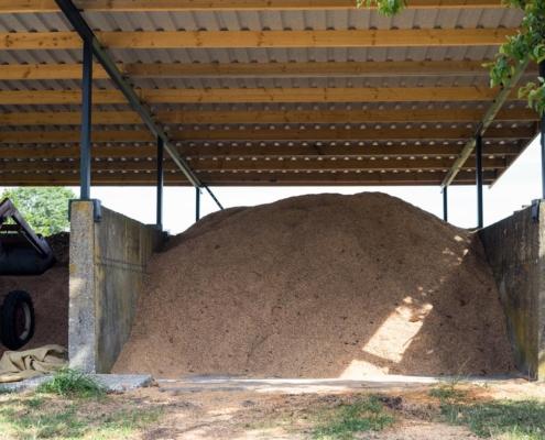 Holzhackschnitzellager unter einem Pultdach