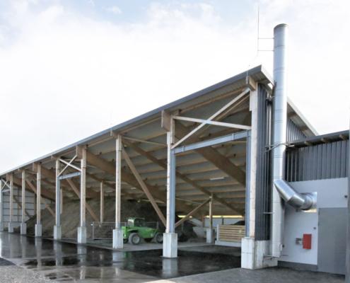 Schirmschoppe als Lager für Hackschnitzel auf einer Betonplatte