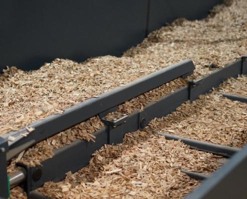 Schubbodenaustragung eines Containers mit Holzhackschnitzeln