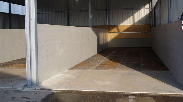Graue Schwerlastböden aus Metall mit in einer Halle