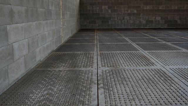 Graue Schwerlastböden aus Metall mit Lüftungslöchern