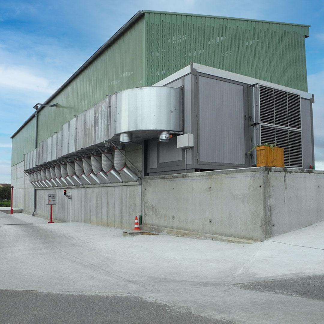 Trocknungsanlage für Hackschnitzel und Schüttgut an einer landwirtschaftlichen Lagerhalle