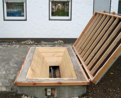 Offene Bunkerabdeckung auf einer Einfahrt mit Blick auf die Förderschnecke