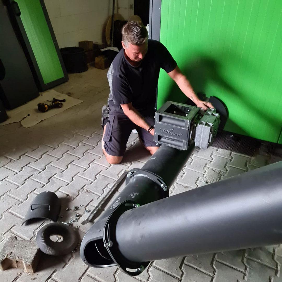 Servicetechniker bei der Reparatur einer grünen Biomasseheizung