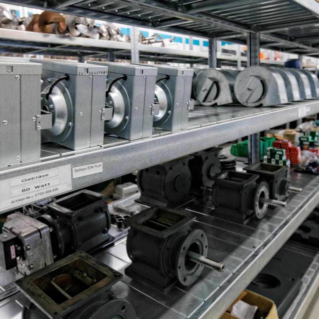 Ersatzteillager mit Maschinenbauteilen in Metallregalen
