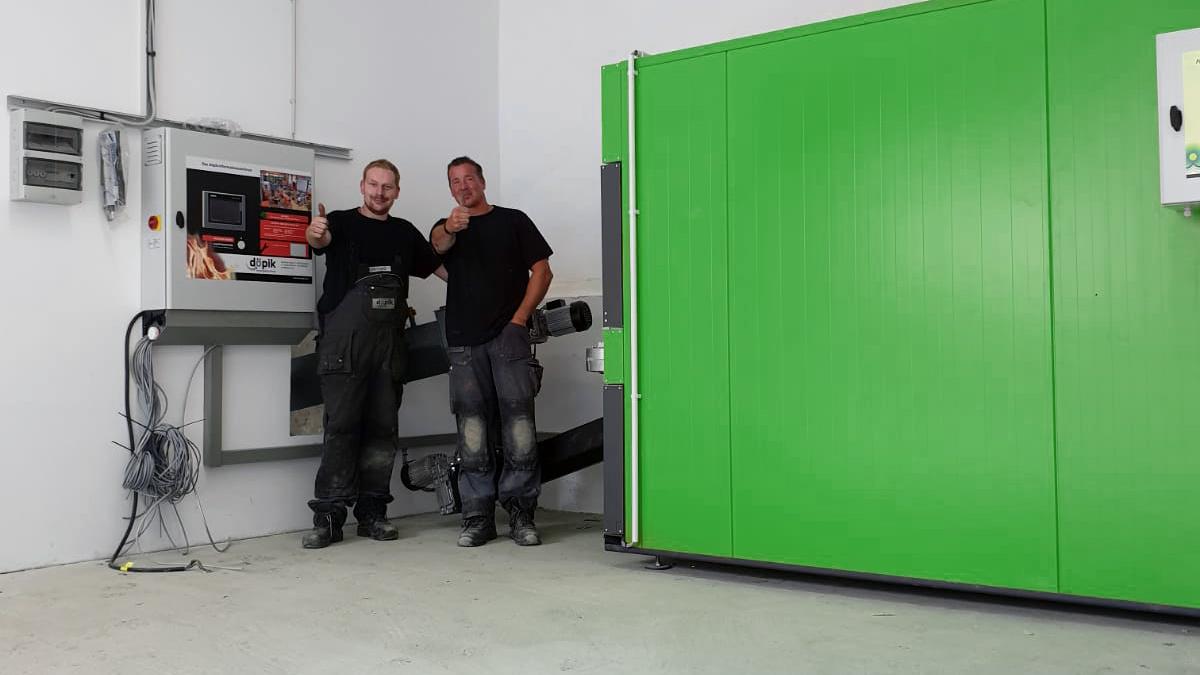 Servicemonteure von döpik nach der Montage einer grünen Biomasseheizung