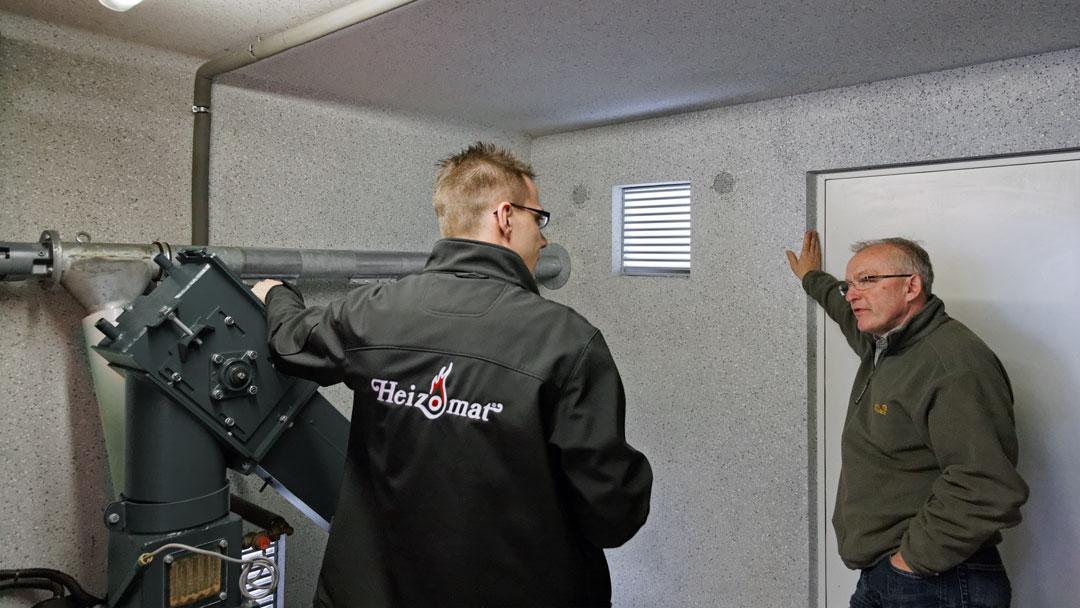 Servicetechniker von döpik bei der Prüfung einer Hackschnitzelheizung